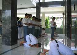 Siswa SMA Shalat Dzuhur