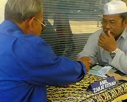 Membayar Zakat Fitrah (foto: rjuna)