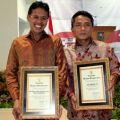 Gubernur Sumatera Barat, Irwan Prayitno menerima penghargaan dari Mendagri, Gamawan Fauzi (dok. humas Prov)