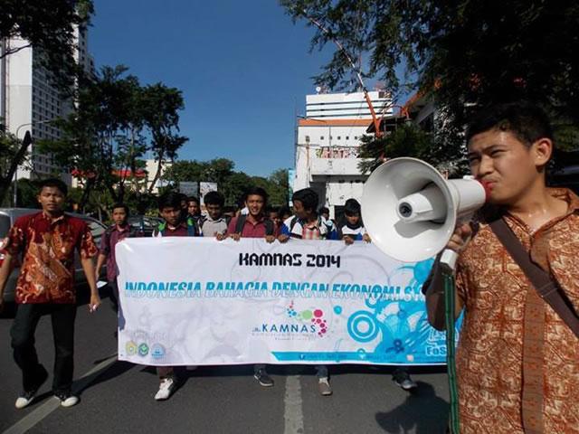 Aksi Kampanye Nasional (KamNas) FOSSEI (Forum Silaturahim Studi Ekonomi Islam) Regional Jawa Timur pada hari Selasa (27/5/2014) di Kota Surabaya. Aksi ini digelar dalam rangka hari ulang tahun FOSSEI yang ke-14. (Meryana Rizky Ananda)