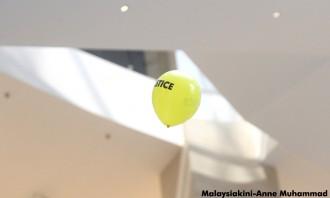 Balon kuning yang dilepaskan di lantai atas (malaysiakini.com)