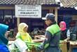 Penyerahan bantuan untuk korban banjir di Garut. (Nana.s/PKPU)