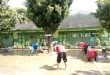 Tim rescue PKPU melakukan aksi bersih-bersih di SDN 2 Kebonagung, Ahad (18/9/2016) (Muthori/Putri/PKPU)