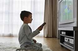 Seorang anak menonton televisi (republika.co.id)